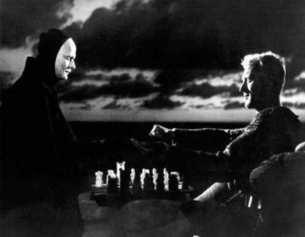 Antonius Block, el caballero cruzado (Max von Sydow) en su partida de ajedrez con la Muerte (Bengt Ekerot )