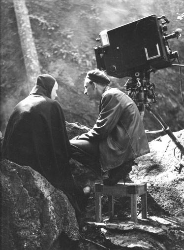 "Bengt Ekerot (la Muerte) e Ingmar Bergman (director) en el set de ""El séptimo sello"" (Det sjunde inseglet, 1957)"
